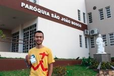 Jorge junto a Dom Bosco. Créditos: Bruna Bertoldo