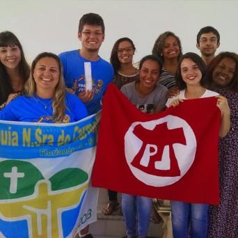 Gabriel (centro, com vela) na partida para a JMJ Rio. Créditos: Arquivo pessoal