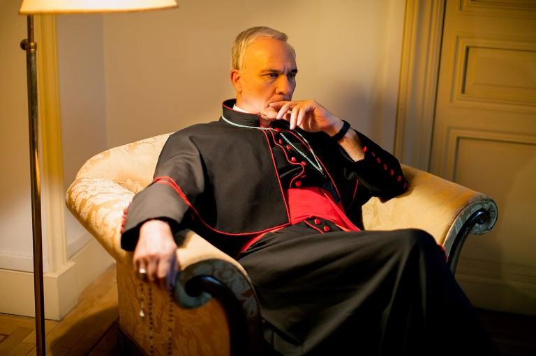 A imagem mostra o ator Darío Grandinetti interpretando o cardeal Jorge Bergoglio.