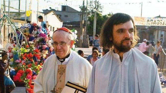 A foto mostra o então cardeal e arcebispo de Buenos Aires, Jorge Mario Bergoglio, com padre Pepe um dos líderes do movimento curas villeros., os padres das favelas argentinas